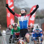 Lorena Wiebes wint de Tielt-Winge Omloop.